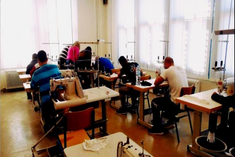 οι κρατούμενοι στο ραφείο φτιάχνουν ρούχα