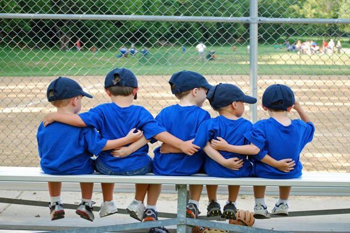 ομάδα αγοριών αγκαλιασμένοι όλοι μαζί