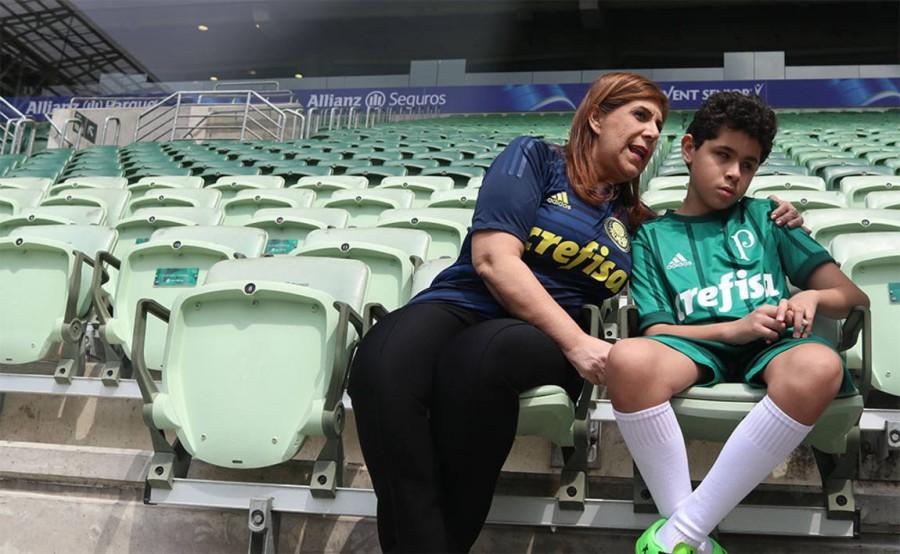Ο τυφλός Νικόλας με τη μητέρα του σε κερκίδα γηπέδου