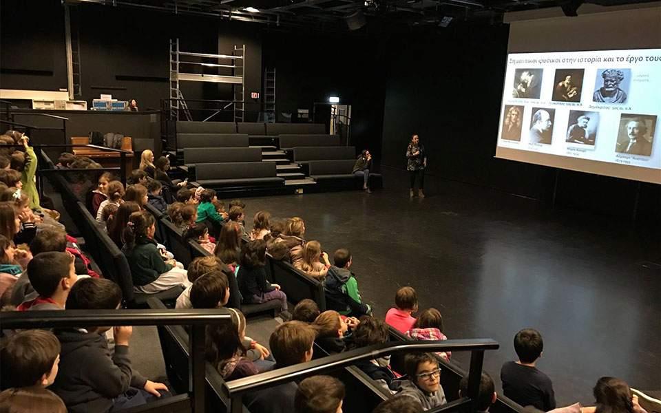 Παρουσίαση των δραστηριοτήτων του CERN από γονείς-ερευνητές στα παιδιά του Τμήματος Ελληνικής Γλώσσας της Λωζάννης