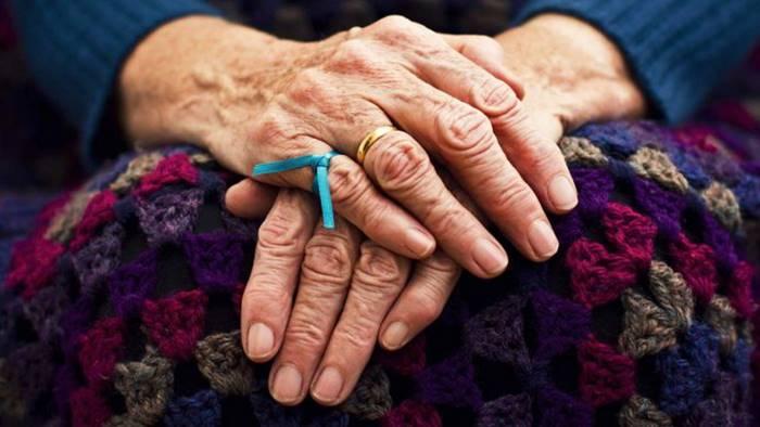χέρια ηλικιωμένης γυναίκας