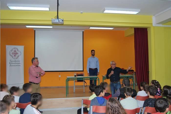 Σε σχολείο ο διευθυντής παρουσιάζει τον Βαγγέλη στα παιδιά