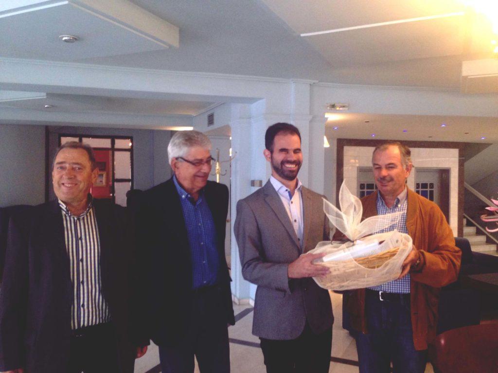 Αντιπροσωπεία των Τριτέκνων Καρδίτσας δίνει στο Βαγγέλη Αυγουλά καλάθι με τοπικά προϊόντα
