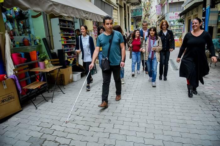 Ομαδική φωτογραφία τυφλών και βλεπόντων ανθρώπων που περπατάνε στο κέντρο της Αθήνας