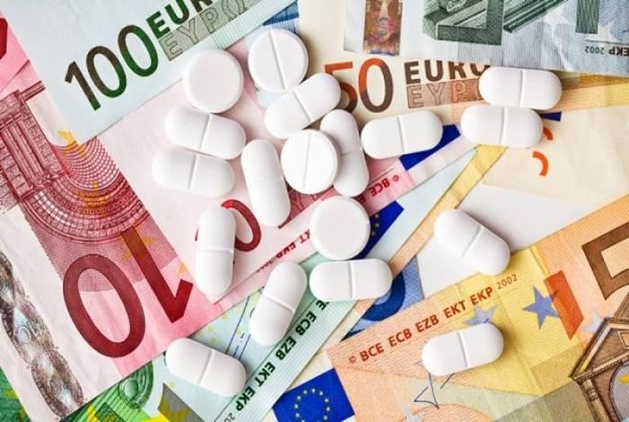 φάρμακα πάνω σε χαρτονομίσματα