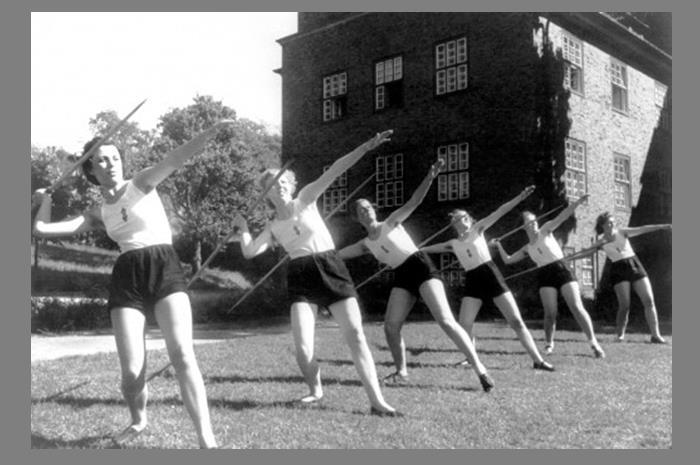 Προπαγανδιστική φωτογραφία που δείχνει ότι και οι γυναίκες της Νέας Γερμανίας πρέπει να είναι αθλητικές και υγιείς…