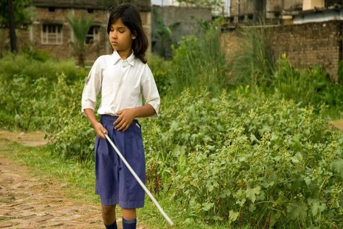 Κορίτσι με λευκό μπαστούνι