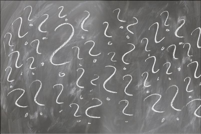 ένας μαυροπίνακας σχολείου με ερωτηματικά
