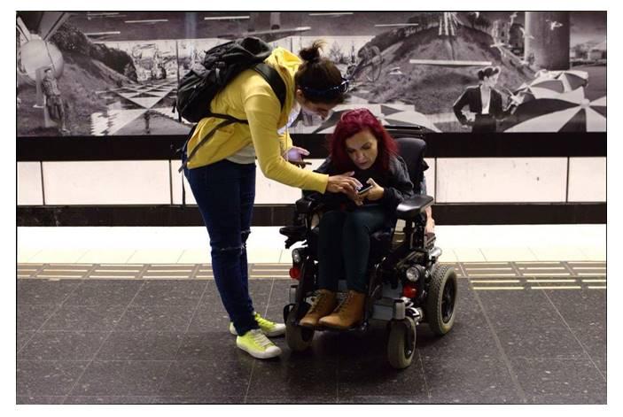 Η Μαρία ως προσωπικός βοηθός σε κοπέλα με αμαξίδιο