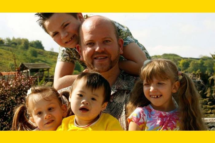 Ο Μπεν Κάρπεντερ με τέσσερα παιδιά στην αγκαλιά
