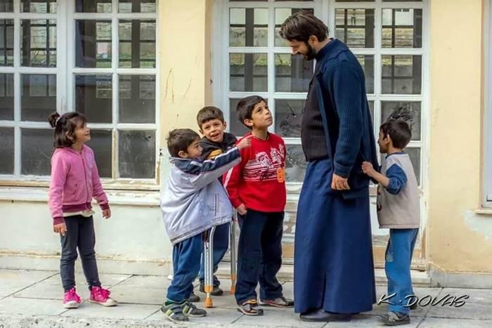 Ο Πάτερ Αντώνιος με παιδιά