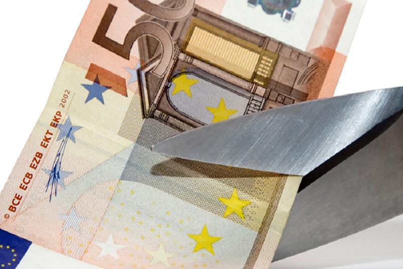 ένα ψαλίδι κόβει χαρτονόμισμα των 50€