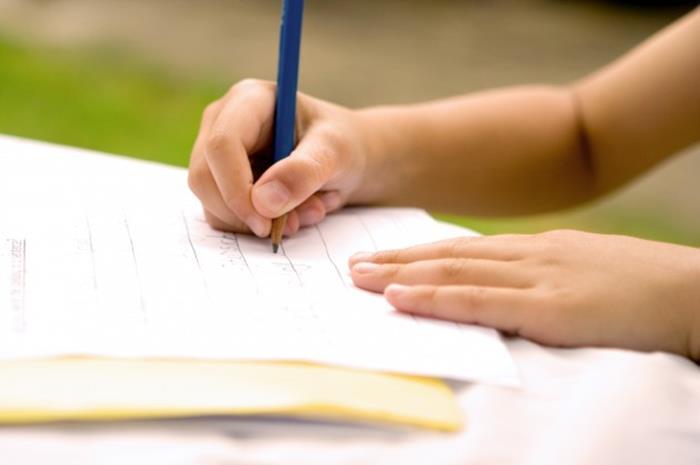 Χέρι παιδιού που γράφει