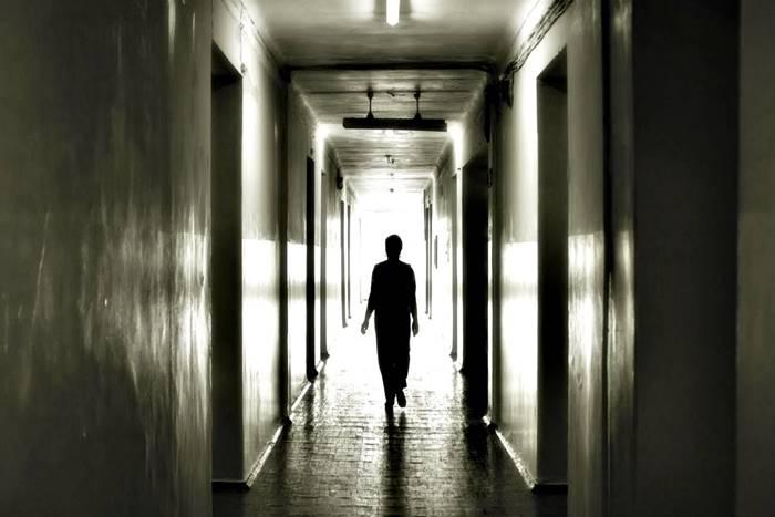 Εικόνα ψυχιατρείου με άνθρωπο να περπατάει στους διαδρόμους