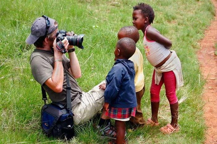 Εθελοντής φωτογραφίζει παιδιά στην Αφρική