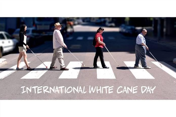 άνθρωποι με λευκό μπαστούνι περπατάνε σε διάβαση πεζών