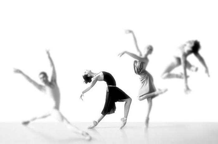 4 άτομα που χορεύουν