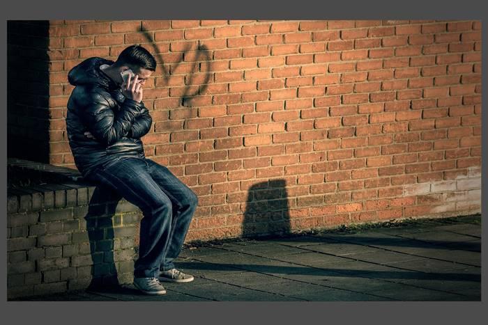έφηβος που μιλάει στο κινητό