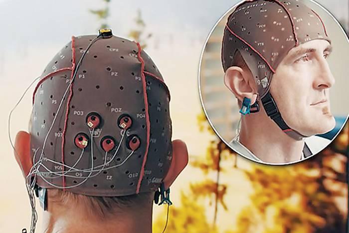 ένας άνθρωπος που φοράει την προεργασία του εγκεφαλικού τηλεκοντρόλ