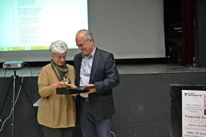 Ο δήμαρχος Καισαριανής βραβεύει την Αναστασία Καλαντζή Αζίζι