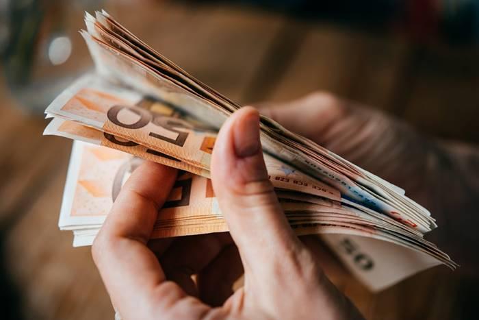 Χέρι που μετράει χρήματα