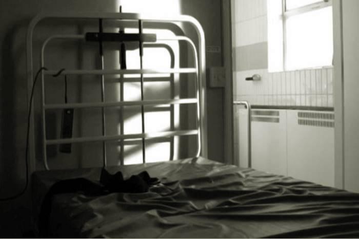 Κρεβάτι ψυχιατρείου με ιμάντες