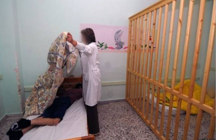 Παιδί σε δωμάτιο κλουβί