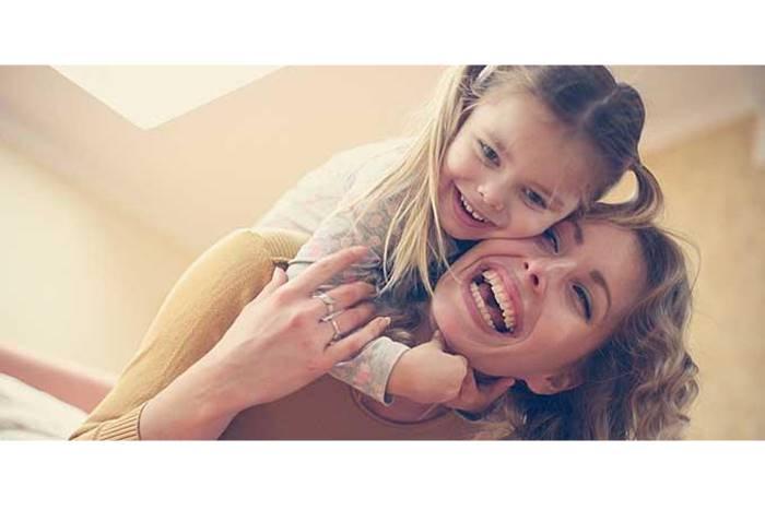 Μητέρα με παιδί στην αγκαλιά