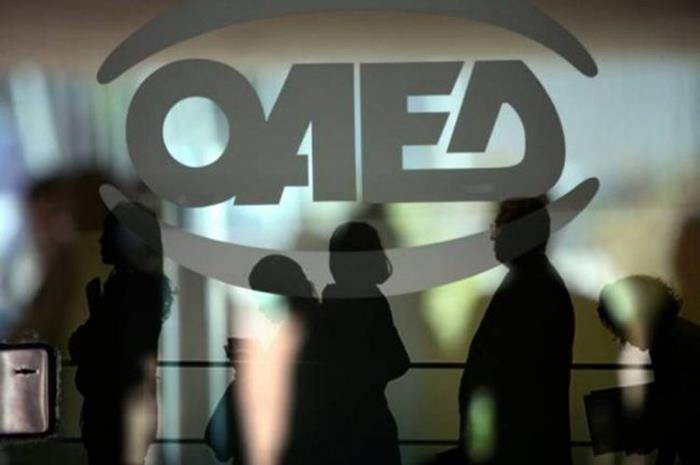 λογότυπο ΟΑΕΔ και σκιές ανθρώπων
