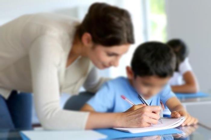 Δασκάλα παράλληλης στήριξης με μαθητή