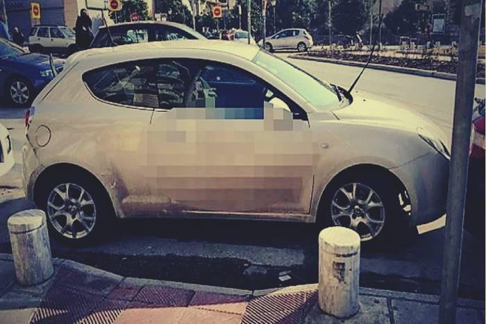 αυτοκίνητο παρκαρισμένο μπροστά σε ράμπα