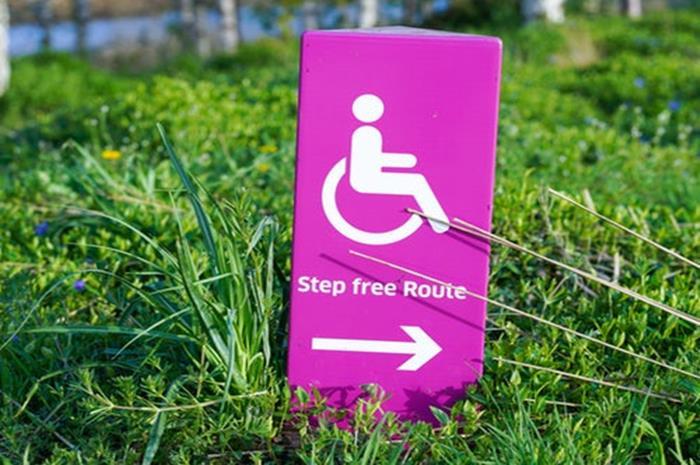 """Σήμα ΑμεΑ με φράση """"Step free route"""""""