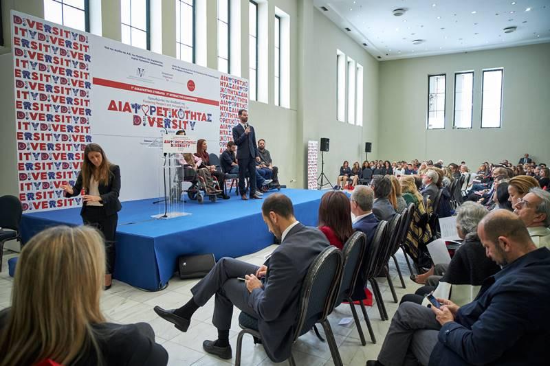 Ο Βαγγέλης Αυγουλάς μιλάει στο συνέδριο και κοινό