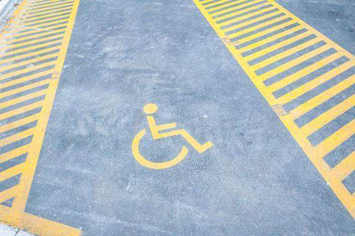 αναπηρικό σήμα σε θέση ΑμεΑ στην άσφαλτο