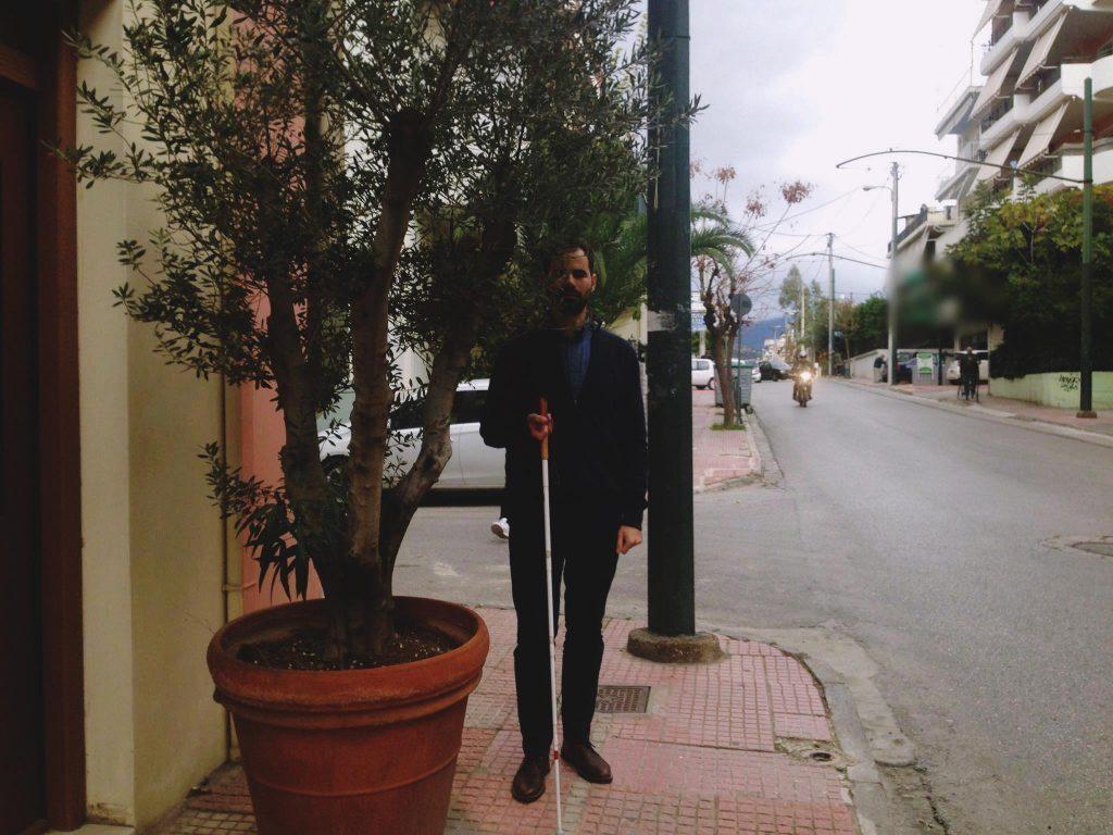 Ο Βαγγέλης Αυγουλάς περπατάει στο πεζοδρόμιο και βρίσκει ψηλό εμπόδιο