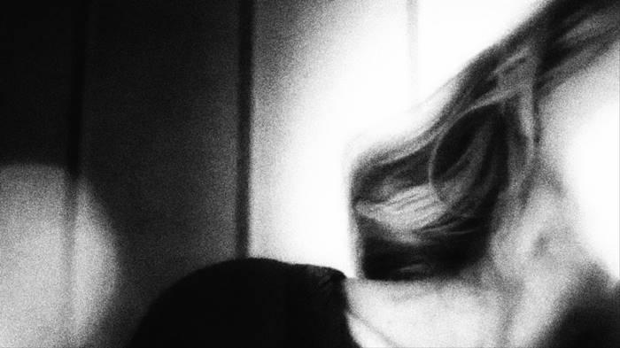 φωτογραφία γυνακείου κεφαλιού που φαίνεται μόνο ο λαιμός και τα μαλλιά