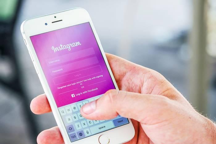 Κινητό με εφαρμογή instagram στην οθόνη