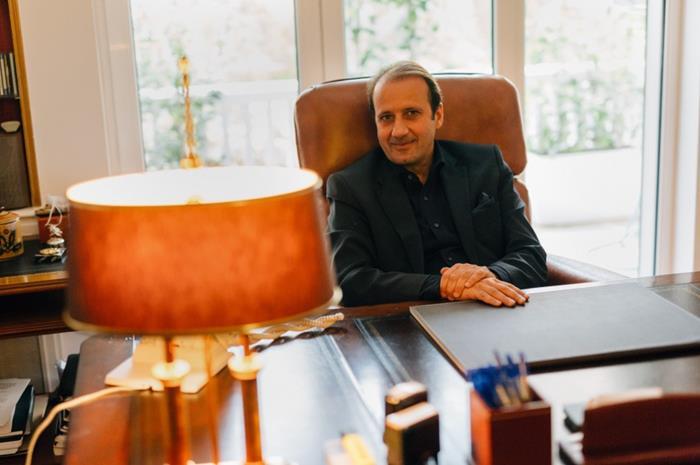 Ο Πάνος Λαζαράτος στο γραφείο του