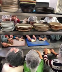 παιδιά δημιουργούν στην κουζίνα
