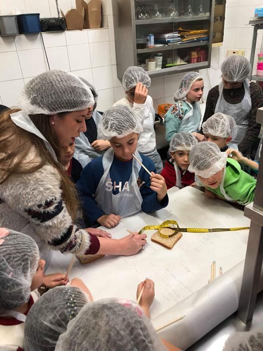 παιδιά με εκπαιδευτικούς στην κουζίνα