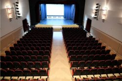 Ανακαινισμένη αίθουσα θεάτρου