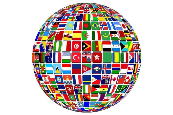 υδρόγειος σφαίρα με σημαίες από εθνικότητες