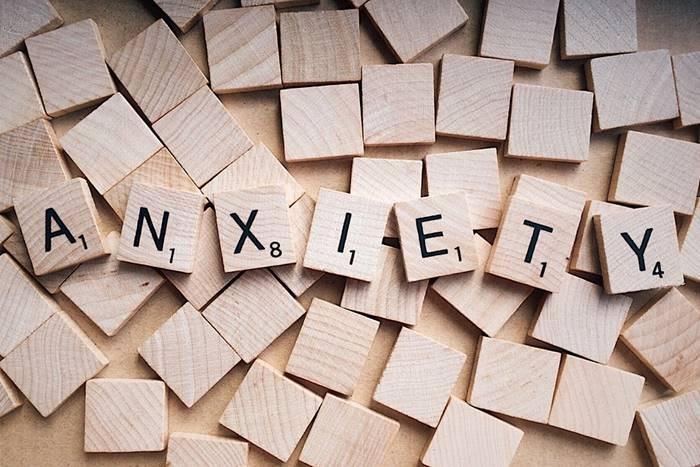 ξύλινα τουβλάκια που γράφουν πάνω τη λέξη άγχος στα αγγλικά