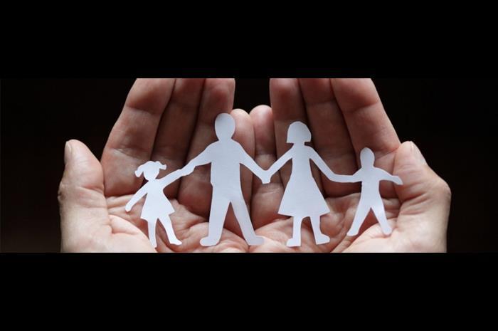 Χέρια που κρατάνε μέσα μια οικογένεια