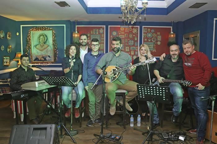 Ο Βαγγέλης Αυγουλάς και η Λίνα Μητροπούλου με την ορχήστρα του live
