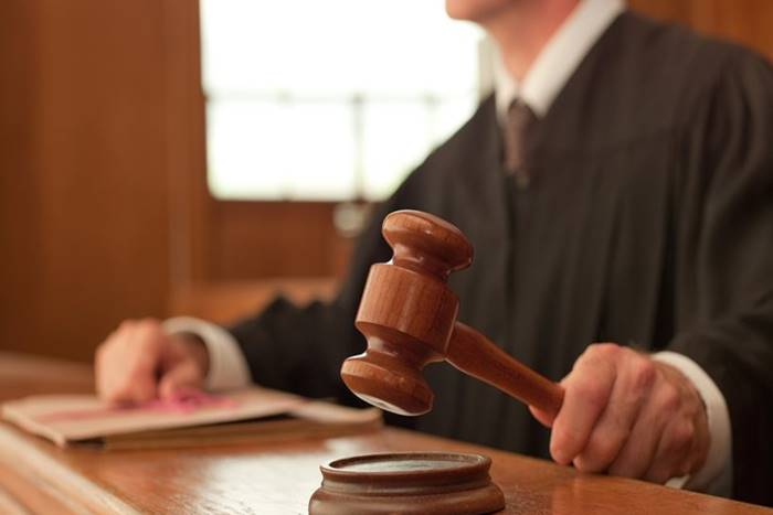 δικαστής χτυπάει ξύλινο σφυρί