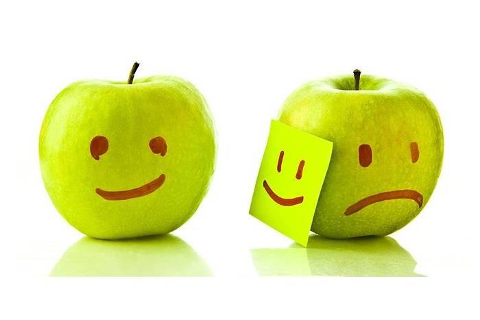 Δύο μήλα με προσωπάκια ένα χαρούμενο κι ένα λυπημένο
