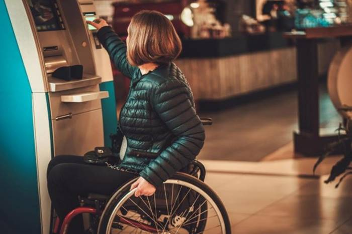 Γυναίκα σε αμαξίδιο εξυπηρετείται΄σε ATM