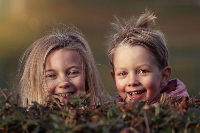 δύο παιδιά που γελάνε