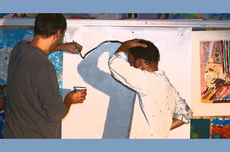ζωγράφος μπροστά σε καμβά ζωγραφίζει σκιά ανθρώπου